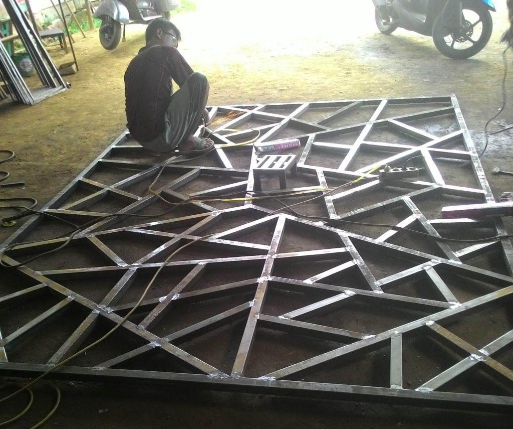 Proses pembuatan railing mozaik untuk tampak depan
