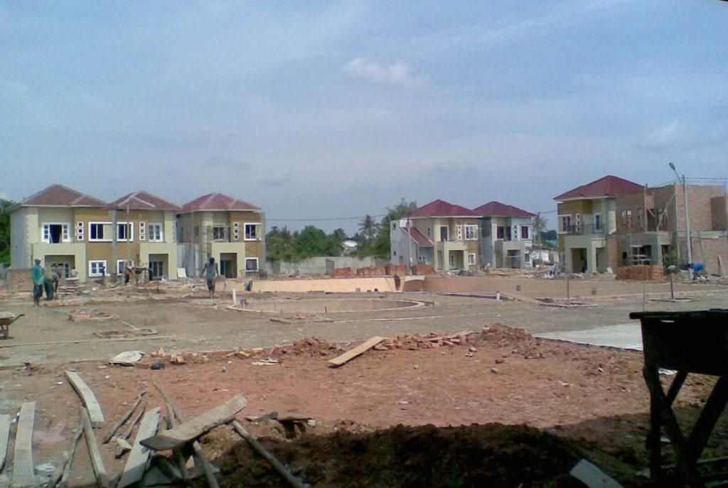 Konsep rumah hadap mengelilingi kolam renang memberikan nilai jual lebih.