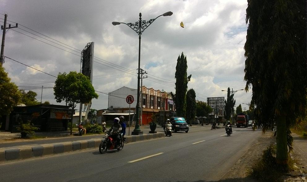 Jalan Raya depan Bangunan
