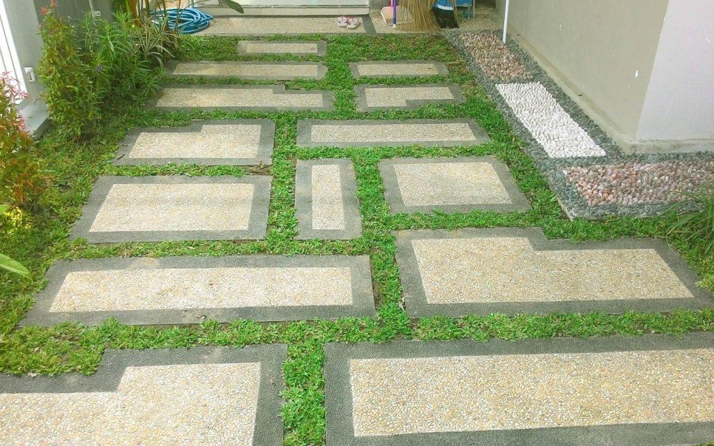 Carport dengan konsep eco green. Rumput di sela2 batu sikat berfungsi untuk peresapan air. Di sebelah kanan susunan batu refleksi untuk kesehatan