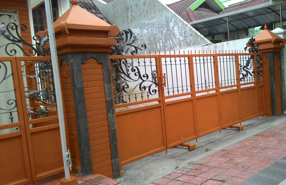 Tiang pagar dibuat lebih sederhana namun masih terkesan etnik. Dilapisi terakota dan batu hitam andesit